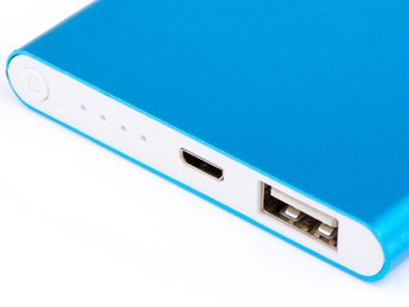 Die Powerbank Slim hat 4 LEDs, die den Aufladestatus in 25% Schritten anzeigen.