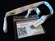 Das Set besteht aus: Umhängeband, USB-Stick und transparenter Visitenkartentasche