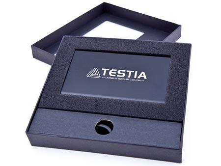 Beispiel: Schwarze Powerbank Slim mit Gravur und verpackt in einer schwarzen Karton-Stülpdeckelbox.