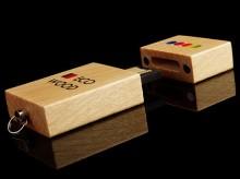 Flacher USB-Stick aus hellem Ahornholz