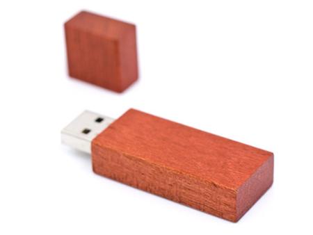 Rustikales Holz schützt die USB-Stick-Elektronik