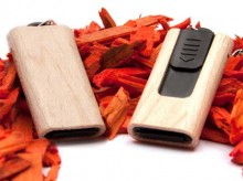 Kleiner USB-Holz-Stick mit ausschiebbarem USB-Anschluss.