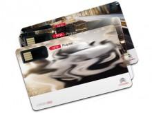 Leichte Papierkarte mit Kunststoff-Halterung für USB-Stick.