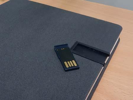 USB-Stick kann leicht aus der Kunststoffhülle rausgenommen und wieder eingeschoben werden