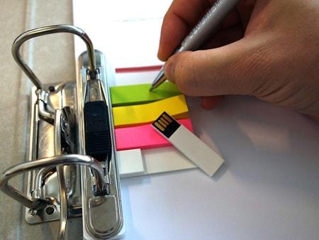 USB-Stick zum Abheften und Archivieren in einem Büroordner